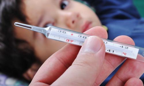 Врач назвала возможные причины высокой температуры без симптомов ОРВИ